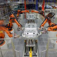 Промышленные роботы на сборке автомобиля